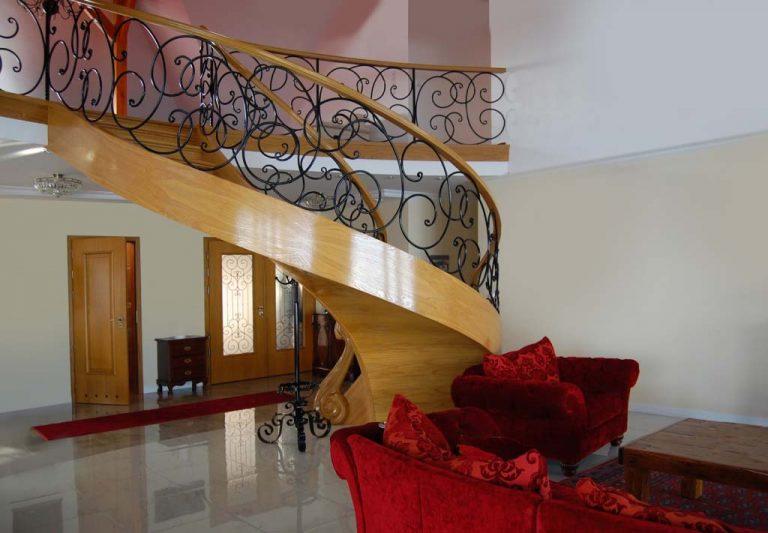 Modne schody drewniane w nowoczesnym stylu. Sprawdź te modele!